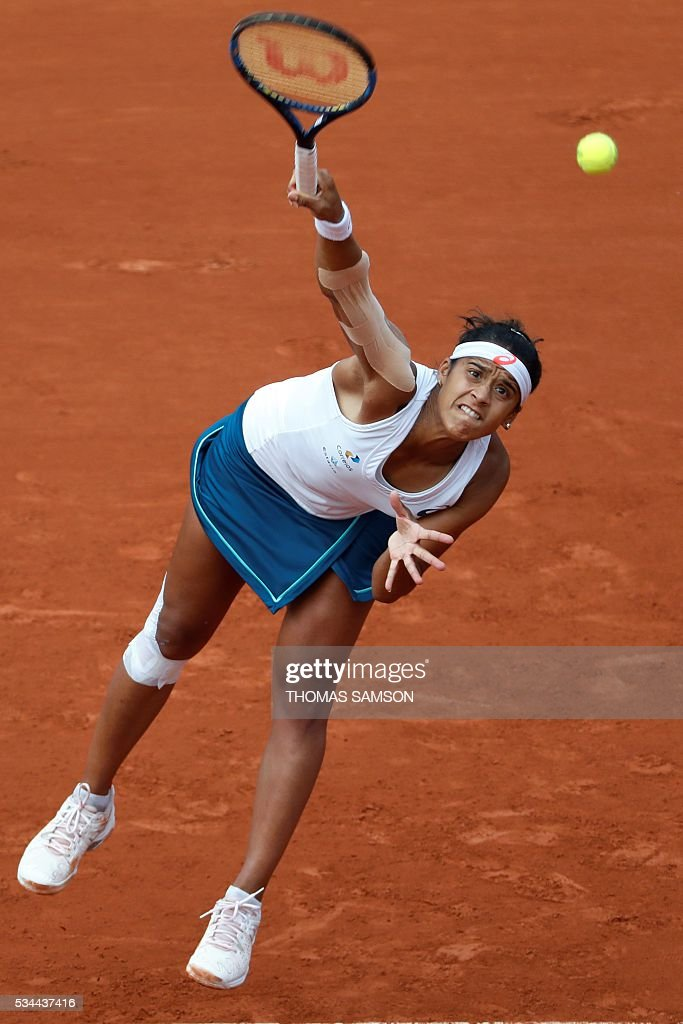 Brazil's Teliana Pereira serves the ball to US player Serena Williams during their women's second round match at the Roland Garros 2016 French Tennis Open in Paris on May 26, 2016. / AFP / Thomas SAMSON
