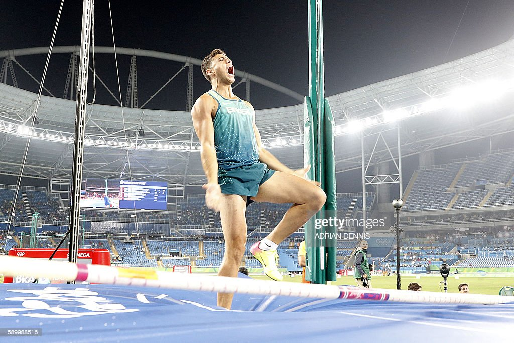 Brazil's Thiago Braz Da Silva celebrates after setting a new Olympic record and winning the gold medal in the Men's Pole Vault during the athletics competition at the Rio 2016 Olympic Games at the Olympic Stadium in Rio de Janeiro on August 15, 2016. / AFP / Adrian DENNIS