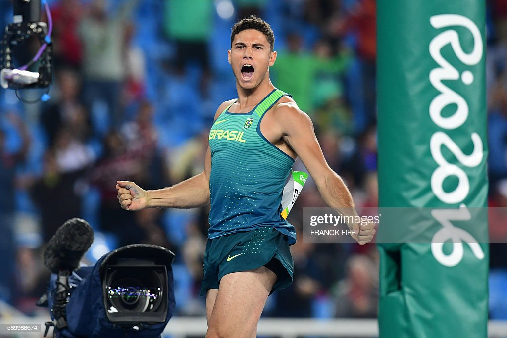 TOPSHOT - Brazil's Thiago Braz da Silva celebrates his victory at the end of the Men's Pole Vault Final during the athletics event at the Rio 2016 Olympic Games at the Olympic Stadium in Rio de Janeiro on August 15, 2016. / AFP / FRANCK