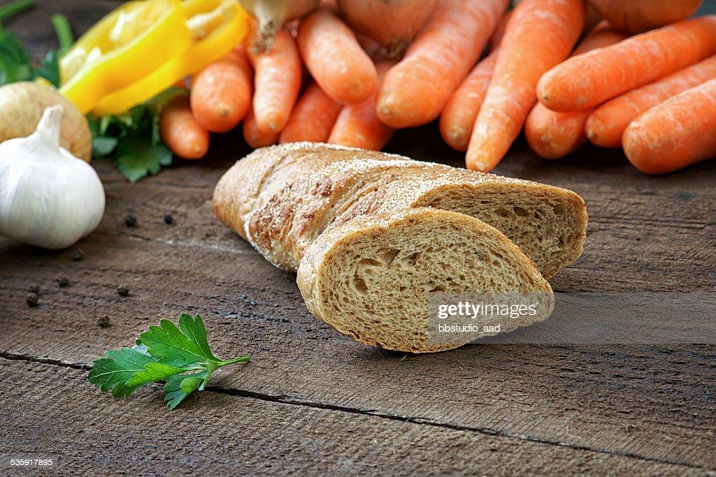 Pan con verduras frescas sobre la mesa : Foto de stock