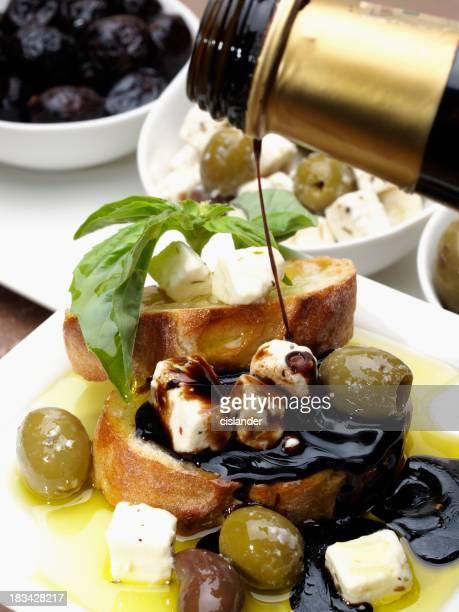 Pain et des olives, du fromage, du vinaigre balsamique et aux huiles