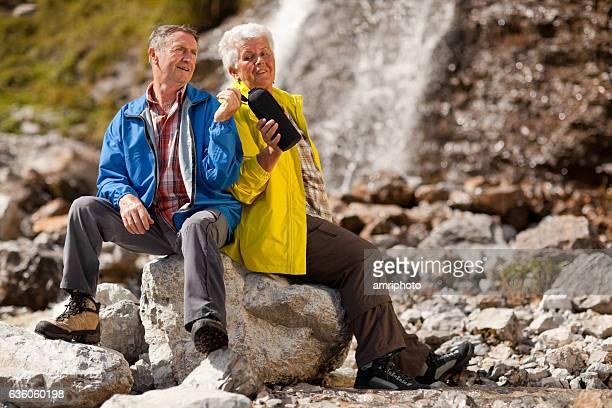 Pause während Wandern auf den Wasserfall
