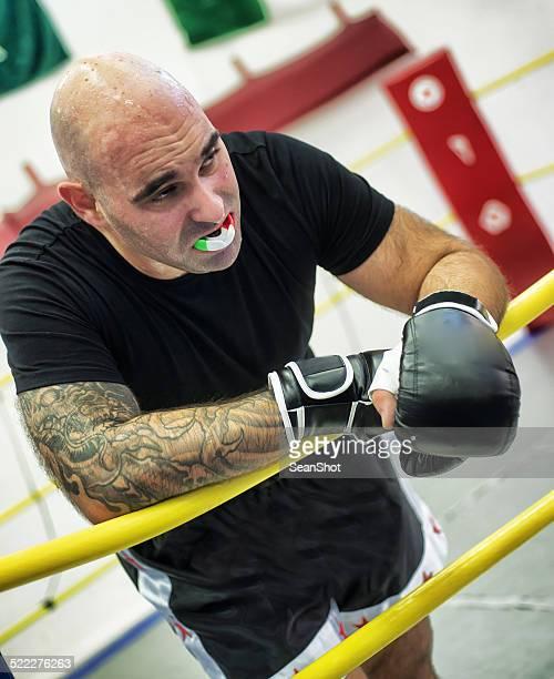 キックボクシングの休憩中のトレーニング