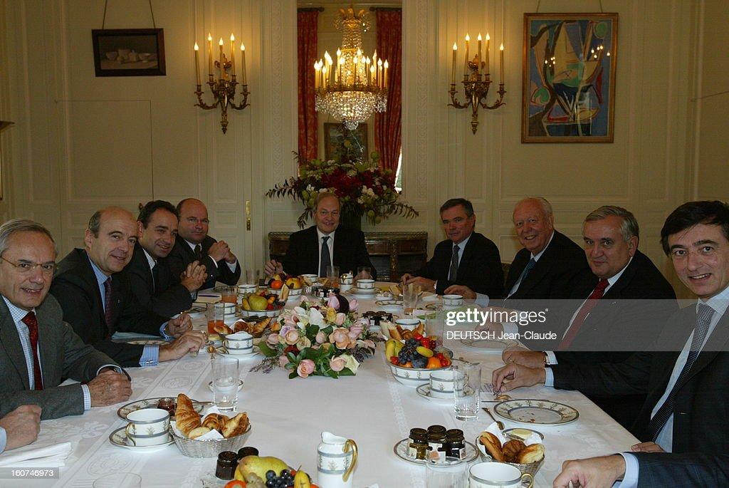 Breakfast At The Ump. De gauche à droite, Jacques BARROT, Alain JUPPE, Jean-François COPE, Xavier CHINAUD (conseiller politique de Raffarin), Michel BOYON, Bernard ACCOYER, Jean-Claude GAUDIN (vice-président de l'Ump), Jean-Pierre RAFFARIN et Philippe DOUSTE-BLAZY (secrétaire général de l'Ump) prenant leur petit déjeuner autour d'une table à Matignon à PARIS.