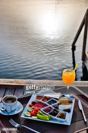 Desayuno en el mar y sol : Foto de stock