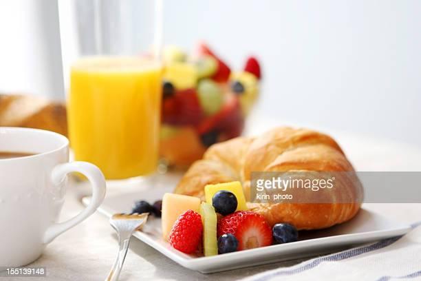 breakfast- croissant, Macedonia di frutta e caffè