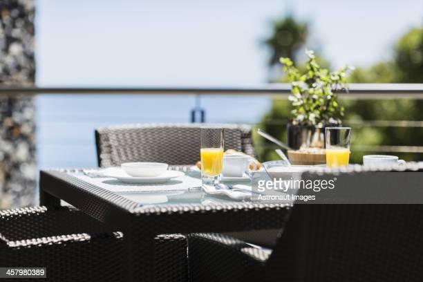 朝食には豪華なパティオダイニングテーブルで海を一望する