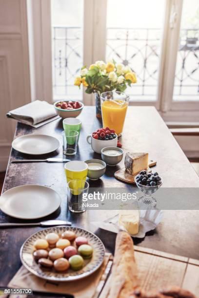 Frühstück mit bunten Macarons und Baguette
