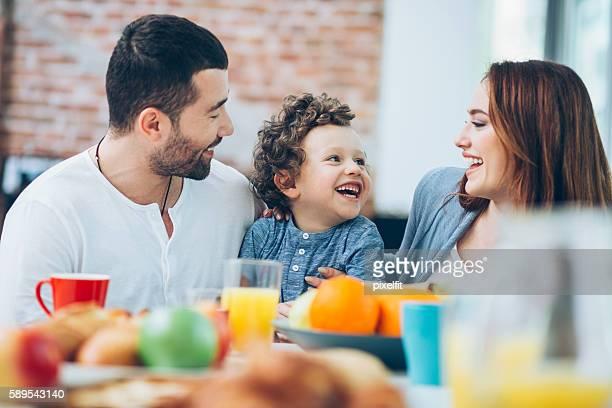 Petit déjeuner avec papa et maman