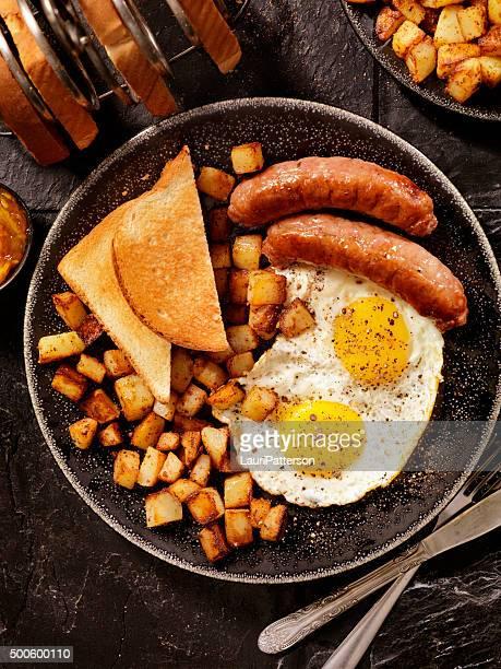 Bue prima colazione con uova e salsiccia