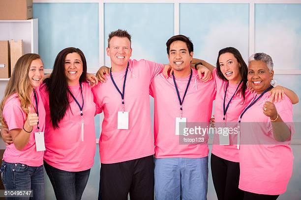 Breast Cancer Awareness Freiwilligen zeigen Einheit, Zusammenarbeit.