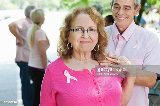 Survivant du cancer du sein et son conjoint de extérieure course caritative