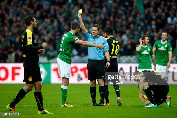 Bremen 8 Februar 2014 Fußball 1 Bundesliga 2013/14 SV Werder Bremen Borussia Dortmund Schiedsrichter Günter Perl zeigt Franco di Santo die Gelbe...