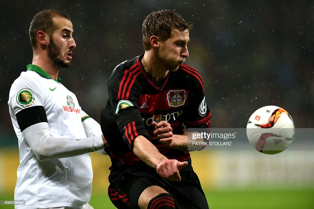 Bremen's Spanish defender Alejandro Galvez (L) and Leverkusen's forward Stefan Kiessling vie for the ball during the German Cup ( Pokal ) quarter final football match Bayern 04 Leverkusen v SV Werder Bremen on February 9, 2016 in Leverkusen. / AFP / PATRIK STOLLARZ / AT +49 69 67880 /