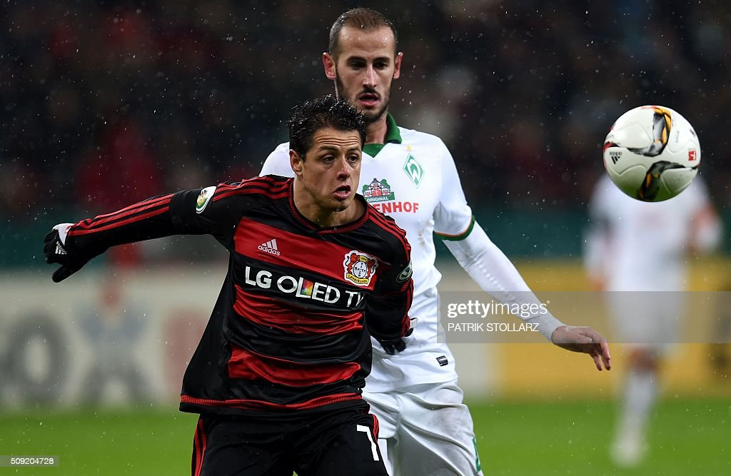 Bremen's Spanish defender Alejandro Galvez (R) and Leverkusen's Mexican striker Javier Hernandez vie for the ball during the German Cup ( Pokal ) quarter final football match Bayern 04 Leverkusen v SV Werder Bremen on February 9, 2016 in Leverkusen. / AFP / PATRIK STOLLARZ / AT +49 69 67880 /