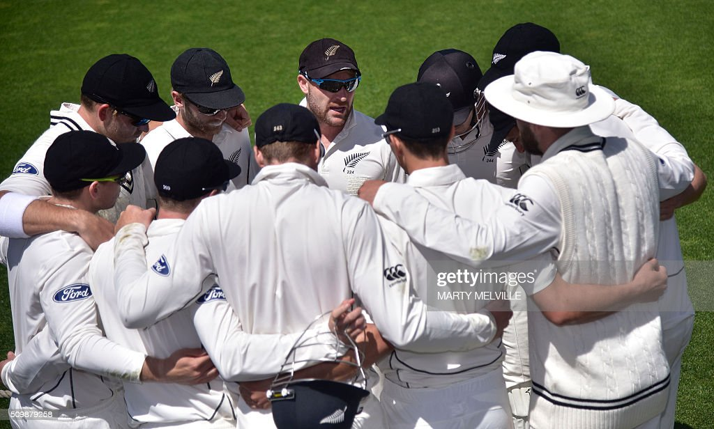 Brendon McCullum (Top C) captain of New Zealand speaks to his team as they wait for play to start after lunch during day two of the first cricket Test match between New Zealand and Australia at the Basin Reserve in Wellington on February 13, 2016. AFP PHOTO / MARTY MELVILLE / AFP / Marty Melville