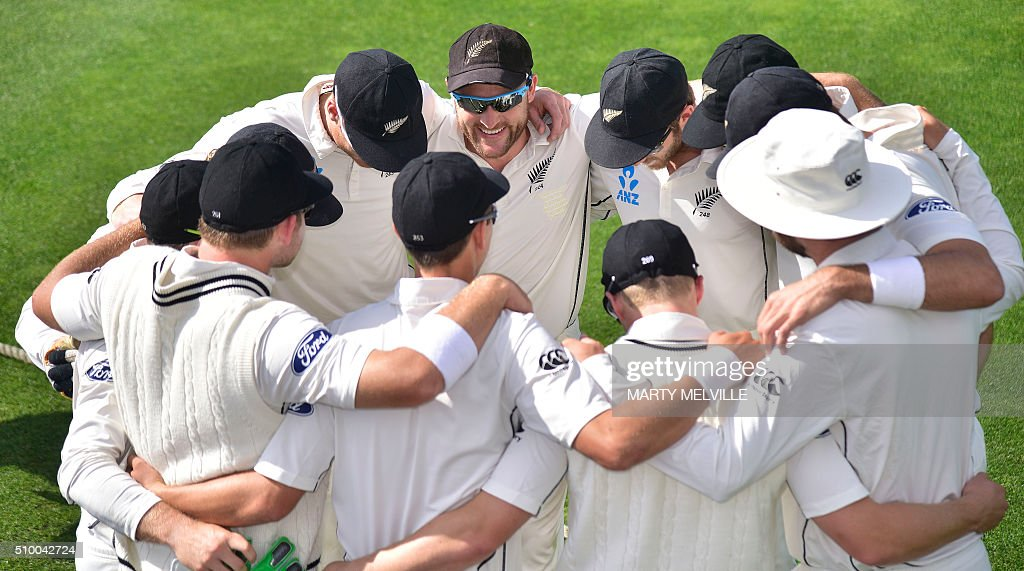 Brendon McCullum (Top CL) captain of New Zealand speaks to his team at the start of play during day three of the first cricket Test match between New Zealand and Australia at the Basin Reserve in Wellington on February 14, 2016. / AFP / Marty Melville