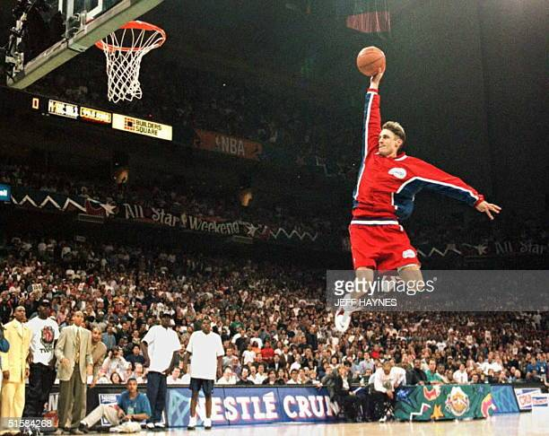 Brent Barry of the Los Angeles Clippers flies through the air toward the basket 10 February during the NBA slamdunk contest at the Alamodome in San...