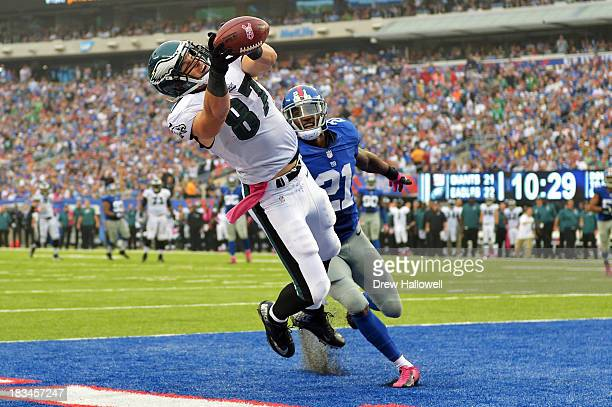 Brent Celek of the Philadelphia Eagles catches a pass for a touchdown in front of Ryan Mundy of the New York Giants at MetLife Stadium on October 6...