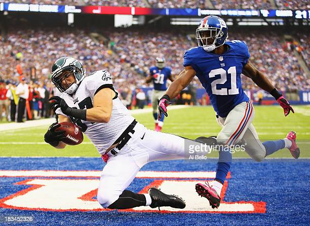 Brent Celek of the Philadelphia Eagles catches the go ahead touchdown against Ryan Mundy of the New York Giants in the fourth Quarter during their...