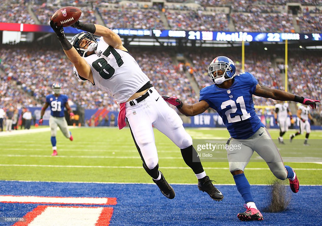 Brent Celek #87 of the Philadelphia Eagles catches the go ahead touchdown against Ryan Mundy #21 of the New York Giants in the fourth Quarter during their game at MetLife Stadium on October 6, 2013 in East Rutherford, New Jersey.