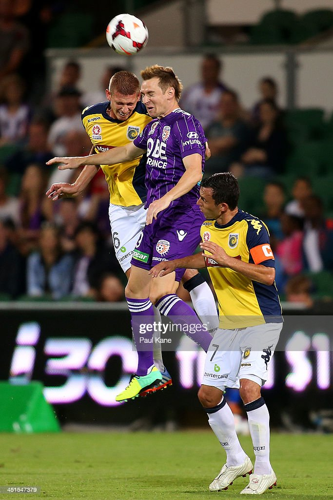 Brent Griffiths of the Mariners and <a gi-track='captionPersonalityLinkClicked' href=/galleries/search?phrase=Shane+Smeltz&family=editorial&specificpeople=881773 ng-click='$event.stopPropagation()'>Shane Smeltz</a> of the Glory contest for the ball during the round seven A-League match between Perth Glory and the Central Coast Mariners at nib Stadium on November 23, 2013 in Perth, Australia.