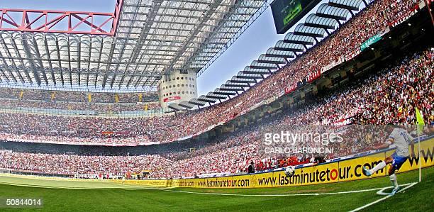Brescia's Roberto Baggio kicks a corner against AC Milan during their Italian Serie A football match at San Siro stadium in Milan 16 May 2004 For the...