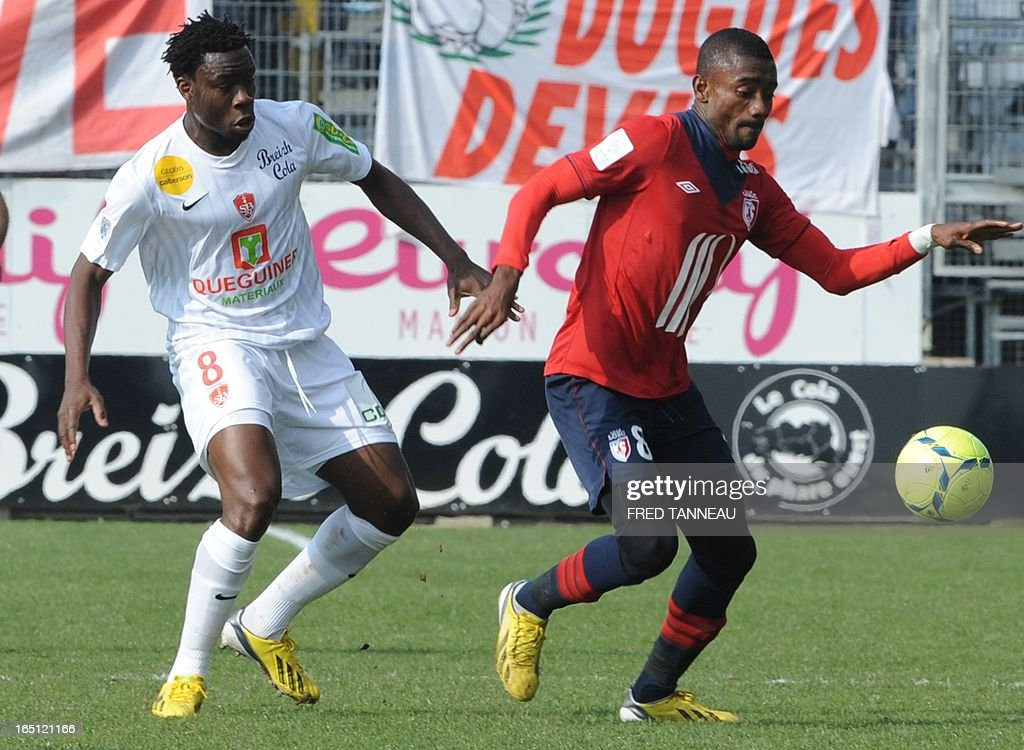 Brest's French defender Ismael Traore (L) vies for the ball with Lille's Ivoirian forward Salomon Kalou during the French L1 match Brest vs Lille at the Francis Le Blé stadium on March 31, 2013 in Brest, western France.