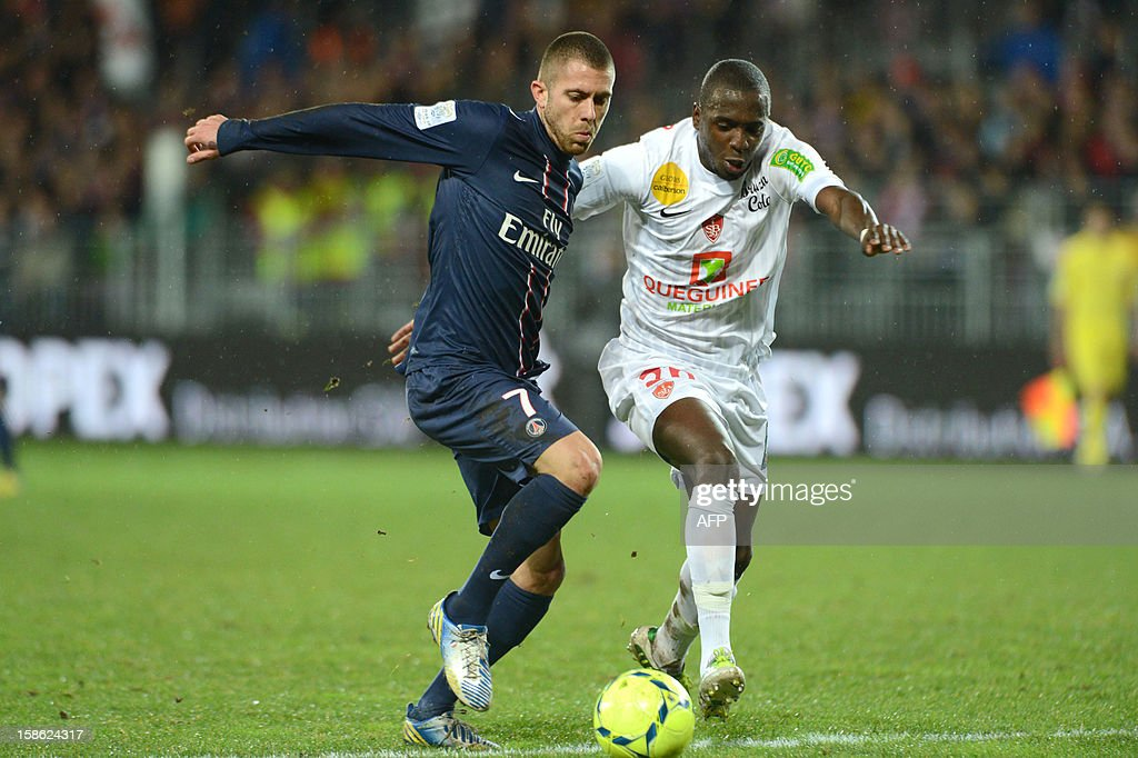 Brest's midfielder Abdoulwhaid Sissoko (R) vies for the ball with Paris's forward Jeremy Menez (L) during the French L1 football match Brest vs Paris Saint-Germain (PSG), on December 21, 2012 at the Francis Le Ble stadium in Brest, western France. AFP PHOTO / THOMAS BREGARDIS
