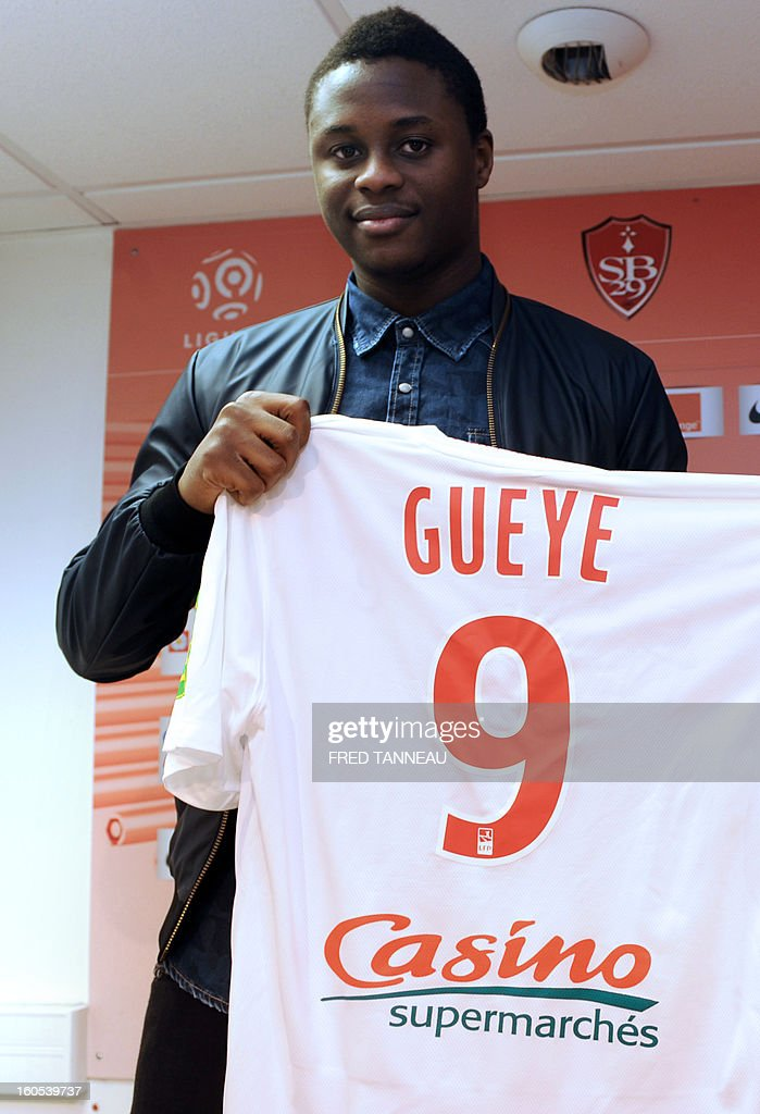 Brest's newly-recruited Senegalese forward Magaye Gueye poses with his new jersey on February 2, 2013 at the Francis Le Ble stadium in Brest, western France. Everton's forward Gueye, 22, was loaned to Brest L1 football club for six months, with purchase option, the club announced on February 1.