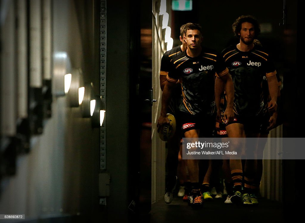 <a gi-track='captionPersonalityLinkClicked' href=/galleries/search?phrase=Brett+Deledio&family=editorial&specificpeople=524933 ng-click='$event.stopPropagation()'>Brett Deledio</a> of the Tigers leads the team out for a warm up during the 2016 AFL Round 07 match between the Richmond Tigers and the Hawthorn Hawks at the Melbourne Cricket Ground, Melbourne on May 6, 2016.
