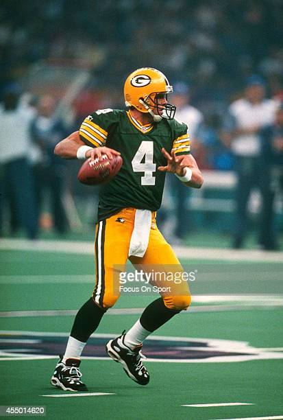 Brett Favre of the Green Bay Packers drops back to pass against the New England Patriots during Super Bowl XXXI January 26 1997 at the Louisiana...