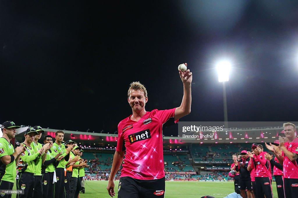 <a gi-track='captionPersonalityLinkClicked' href=/galleries/search?phrase=Brett+Lee&family=editorial&specificpeople=169885 ng-click='$event.stopPropagation()'>Brett Lee</a> of the Sixers is given a guard of honour as he walks from the field for the last time at the SCG following the Big Bash League match between the Sydney Sixers and the Sydney Thunder at Sydney Cricket Ground on January 22, 2015 in Sydney, Australia.