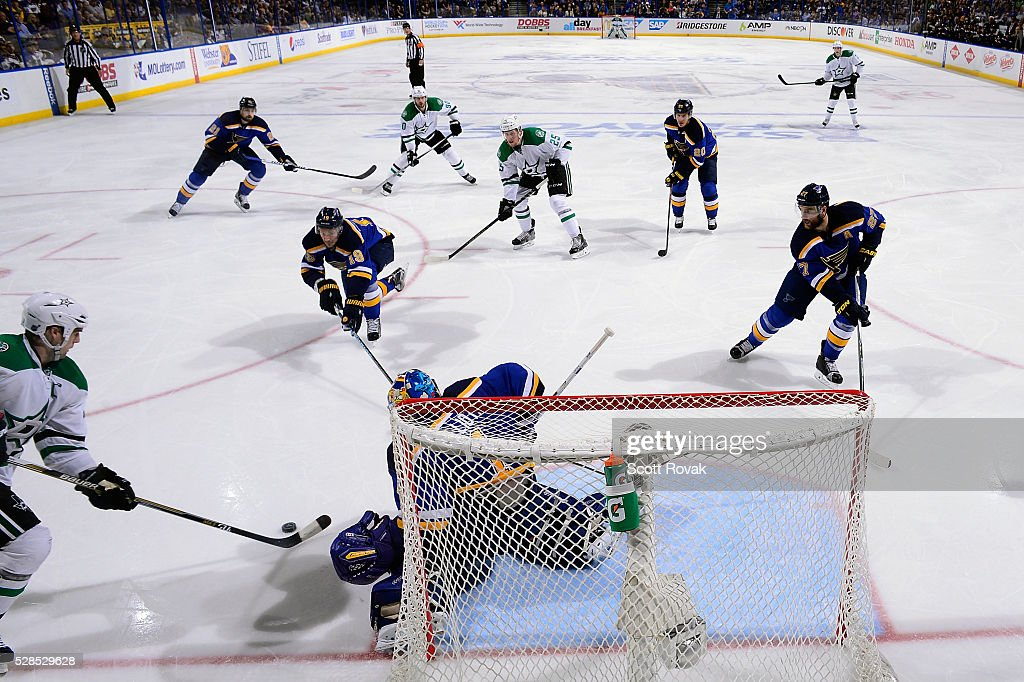 Brian Elliott #1 of the St. Louis Blues defends the net against Jamie Benn #14 of the Dallas Stars in Game Four of the Western Conference Second Round during the 2016 NHL Stanley Cup Playoffs at the Scottrade Center on May 5, 2016 in St. Louis, Missouri.