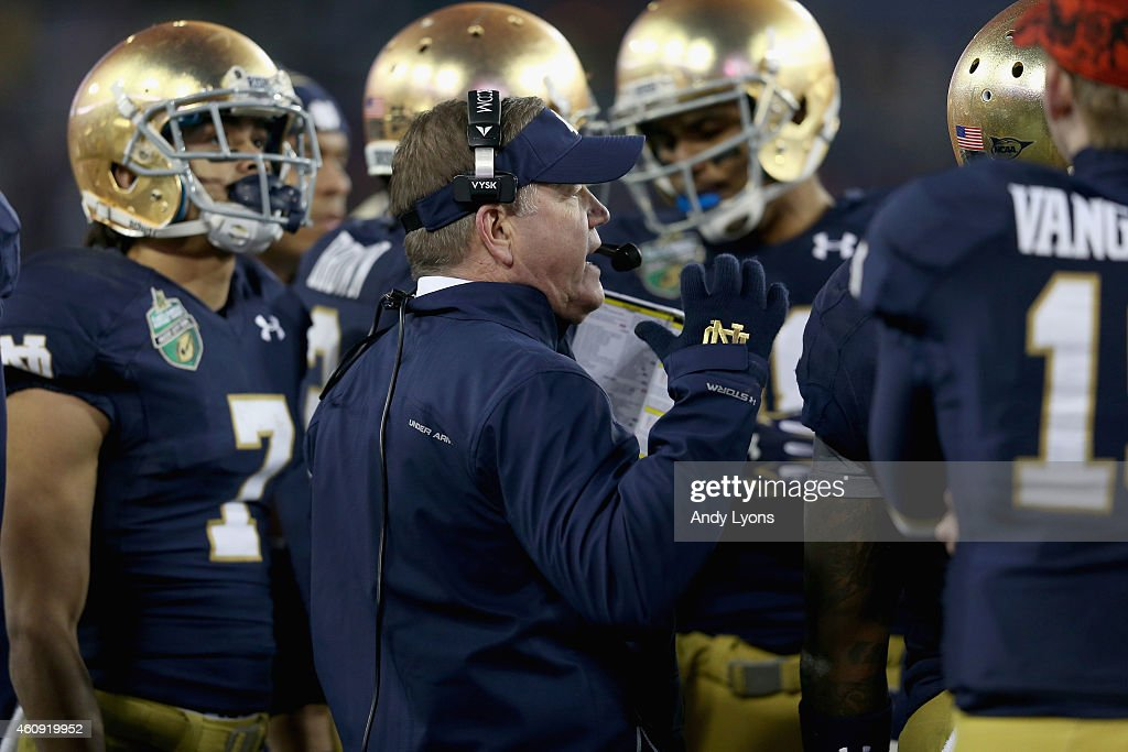 <a gi-track='captionPersonalityLinkClicked' href=/galleries/search?phrase=Brian+Kelly+-+Allenatore+di+football+americano&family=editorial&specificpeople=11611987 ng-click='$event.stopPropagation()'>Brian Kelly</a> the head coach of the Notre Dame Fighting Irish gives instructions to his team during the Franklin American Mortgage Music City Bowl against the LSU Tigers at LP Field on December 30, 2014 in Nashville, Tennessee.