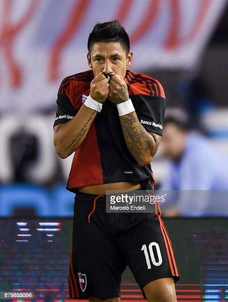 Brian Sarmiento of Newell's Old Boys celebrates after scoring the second goal of his team during a match between River and Newell's Old Boys as part...
