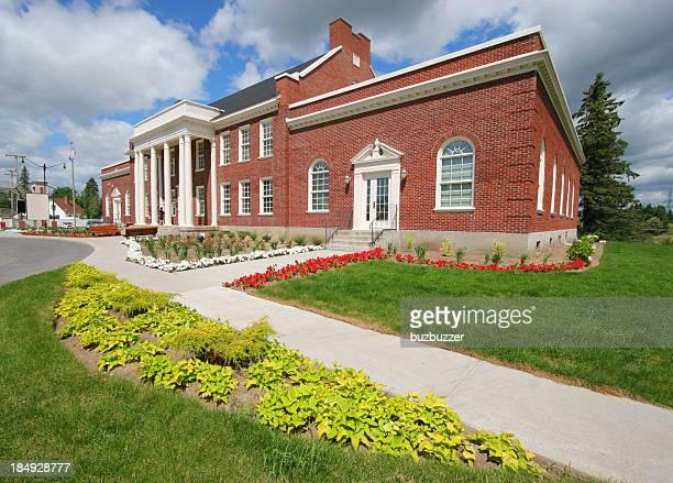 Bâtiment d'école avec des briques avec des colonnes et compositions florales