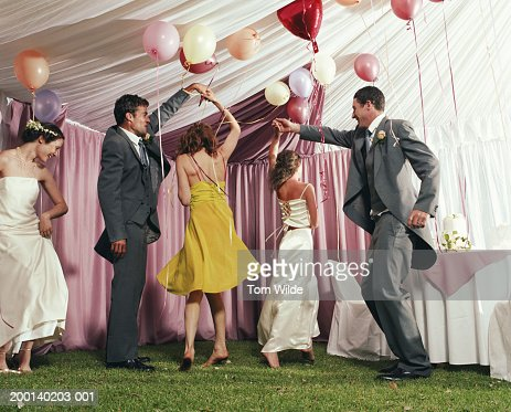 Bridal party dancing in marquee : Stockfoto