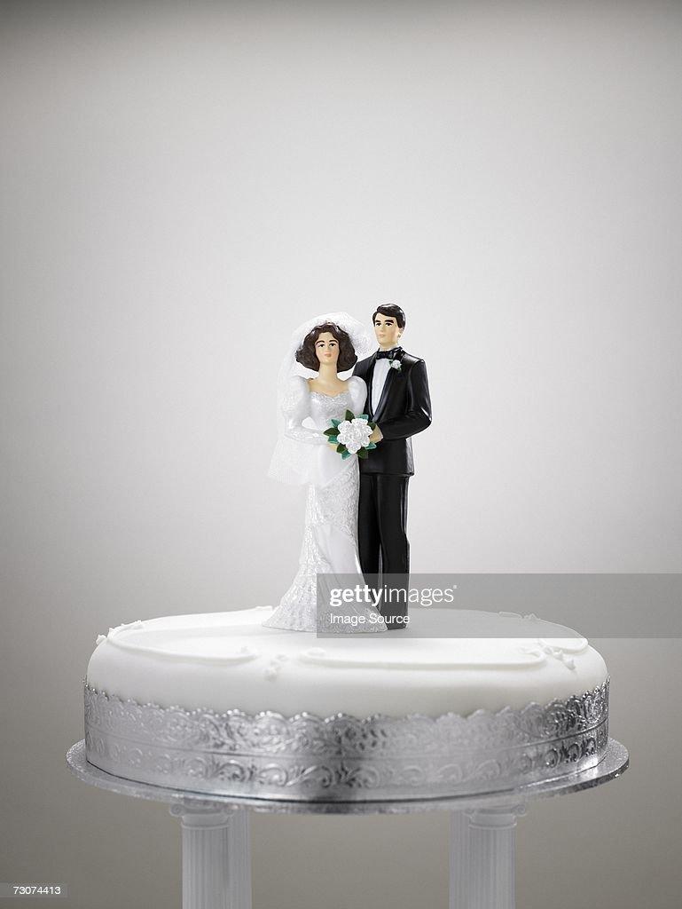 Bride and bridegroom figurines on a wedding cake : Stock Photo