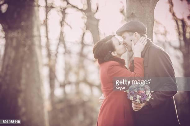 Mariée et le marié sont baiser après la cérémonie de mariage