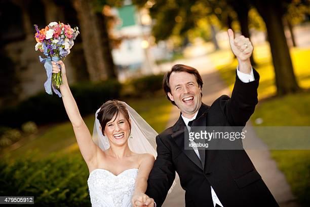新郎新婦には、ウェディングのお祝いを腕を上げる