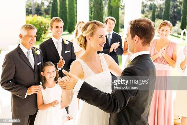 Braut und Bräutigam Tanzen während der
