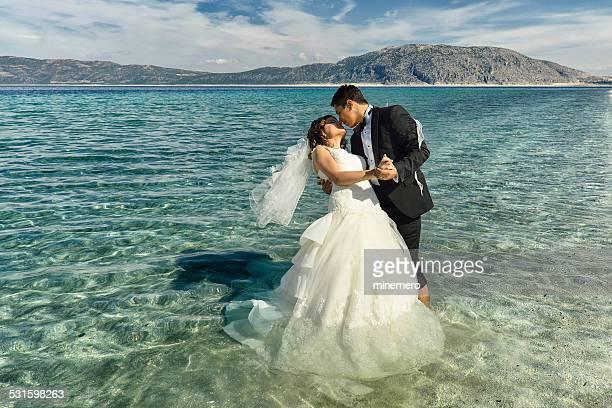 Braut und Bräutigam Tanzen am Strand