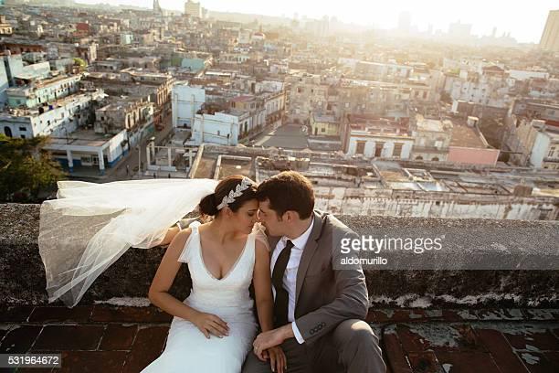 Jeunes mariés de profiter de temps ensemble sur le toit