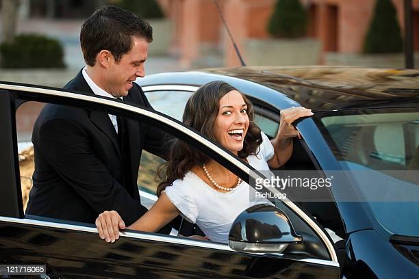 Braut und Bräutigam sich in dem Auto