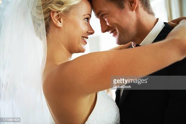 Uma noiva e Noivo felizmente olhando para os outros