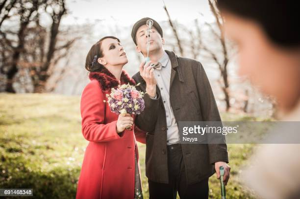 Mariée et le marié s'amuser avec les bulles de savon