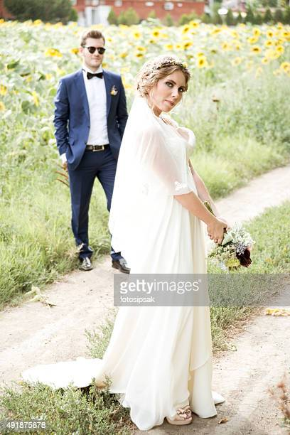 Le marié et la mariée dans la nature le jour de votre mariage