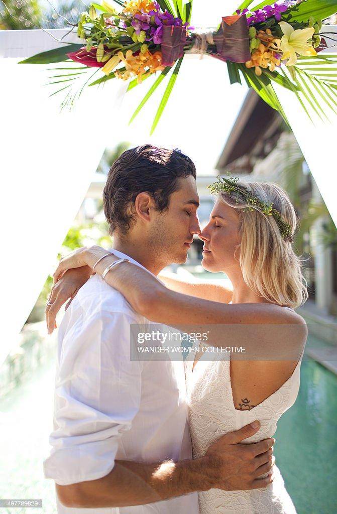 Bride and Groom kissing at alter tropical resort : Foto de stock