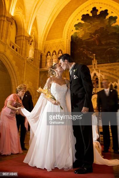 Braut und Bräutigam Küssen im church